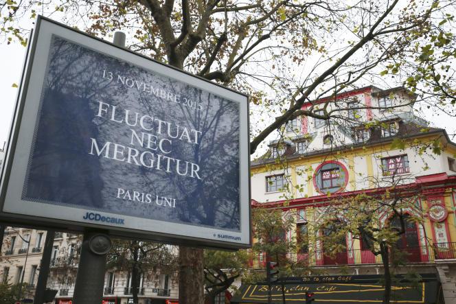 Devant le Bataclan, un panneau de la Ville de Paris pour rendre hommage aux victimes du 13-Novembre.