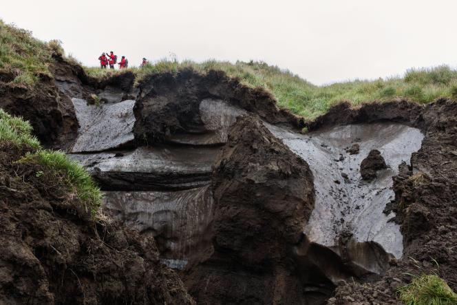En mission en septembre sur Kouroungnakh, l'île voisine de Samoïlov, un groupe de scientifiques allemands examinent la dégradation d'un type de permafrost très riche en glace.