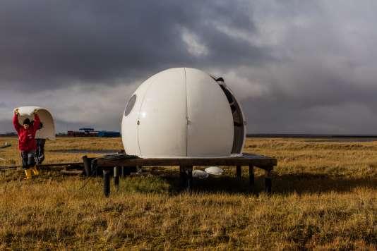 A distance de la nouvelle station de recherche russe, opérationnelle depuis 2013, un igloo en fibre de verre est installé pour protéger les équipements des conditions extrêmes des hautes latitudes.
