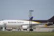 """« La principale plate-forme (ou """"hub"""") d'UPS (United Parcel Service) en Europe se trouve à Cologne (Allemagne). Une authentique gare aérienne et routière au cœur de l'aéroport rhénan. Une miniville aussi, avec ses 3 000 employés et ses chiffres extraordinaires : 100 000 mètres carrés, une capacité de traitement de 190 000 colis à l'heure (jusqu'à 52 par seconde !), 20 kilomètres de tapis roulant»."""