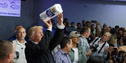 Donald Trump distribue des rouleaux d'essuie-tout à des sinistrés de Porto Rico, lors de sa visite le 3 octobre.