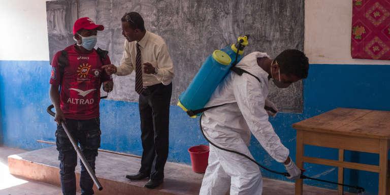 Des agents du ministère de la santé malgache désinfectent une école primaire pour prévenir la propagation de la peste à Antananarivo, la capitale, le 2 octobre 2017.