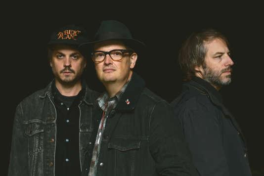 Le trio Zombie Zombie de gauche à droite, Cosmic Neman (batterie/voix et effets), Etienne Jaumet (synthétiseurs/boite à rythme, saxophone...),Dr Schonberg (percussions, électronique, trompette).