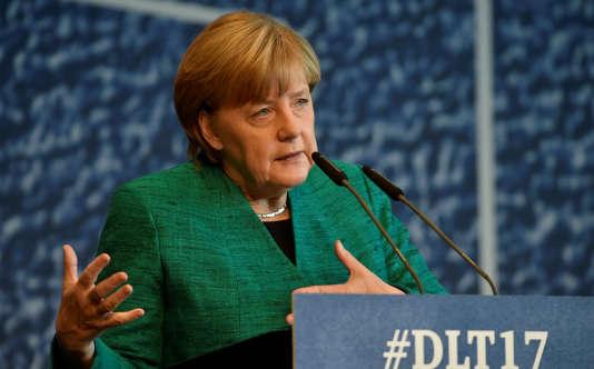 La chancelière allemande, Angela Merkel, prononce un discours devant les jeunes de la Junge Union, le mouvement de jeunesse de son parti conservateur, l'Union chrétienne-démocrate, à Dresde, le 7 octobre 2017.
