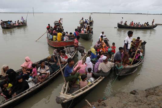 Des embarcations bondées d'exilés arrivent sur les côtes du Bangladesh, le 7 octobre.