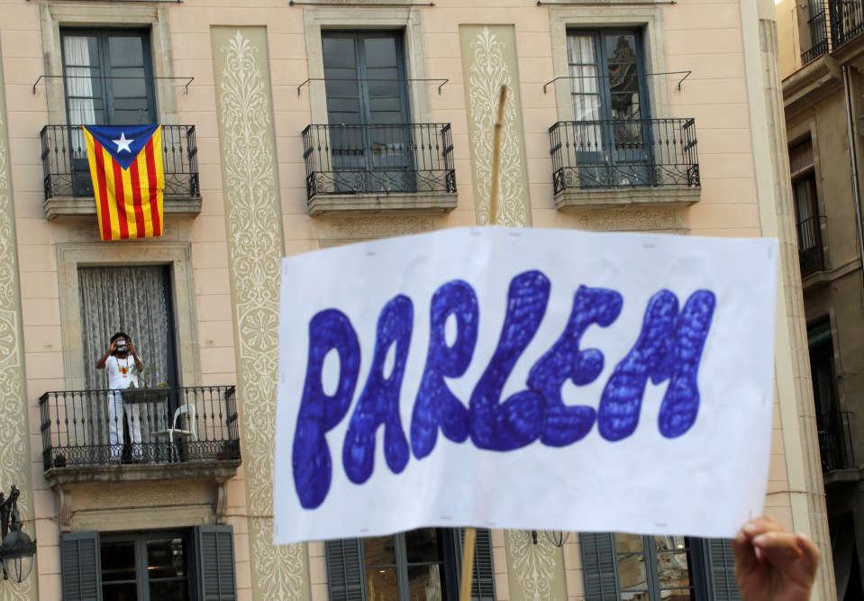 « Parlons», affiche cette pancarte en catalan, brandie dans Barcelone pour inviter au dialogue.