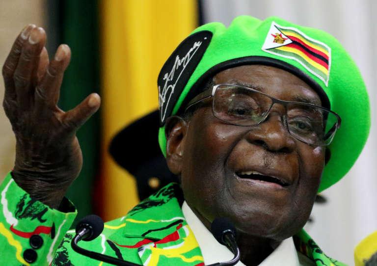 Agé de 93 ans, Robert Mugabe est au pouvoir depuis 1980. Sa santé étant de plus en plus fragile, il se rend souvent à l'étranger pour des soins.