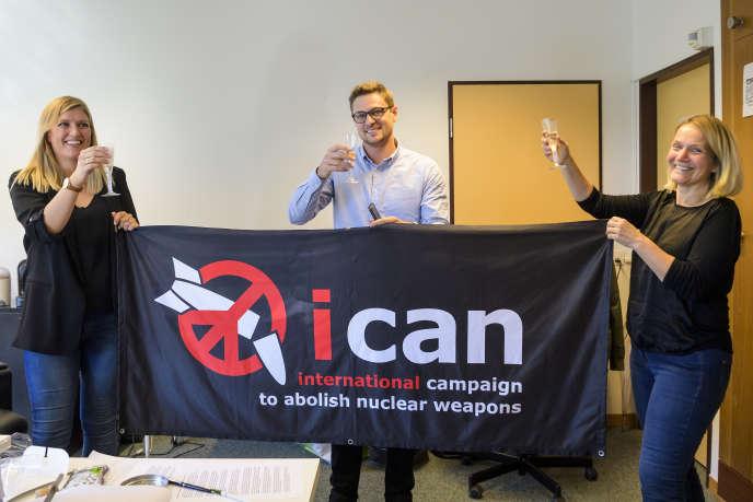 Les dirigeants de l'ICAN Beatrice Fihn,Daniel Hogstaet Grethe Ostern au siège de leur coalition à Genève le 6 octobre.