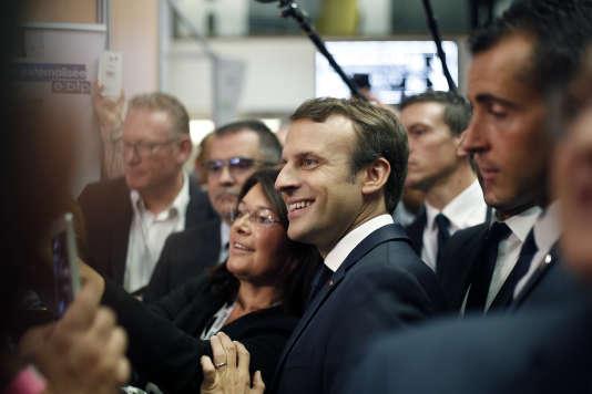 Visite d'Emmanuel Macron aux 24 Heures du bâtiment qui se déroulaient à Paris, vendredi 6 octobre.