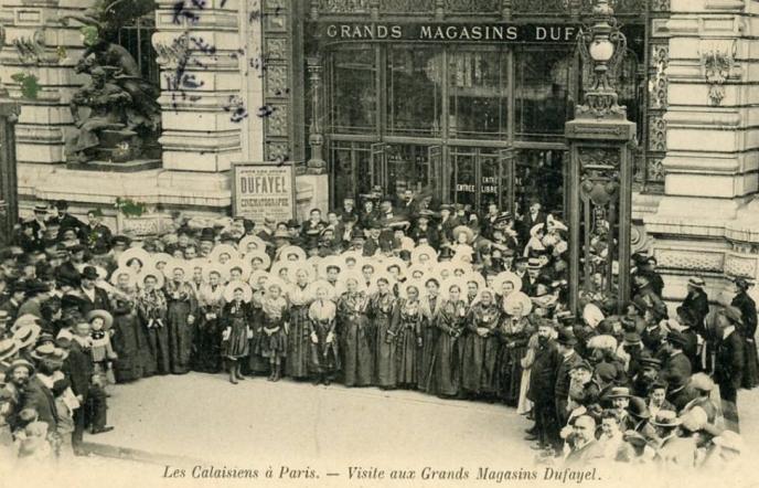 «Georges Dufayel rachète l'affaire et la développe, en privilégiant les meubles et les bicyclettes, très en vogue» (Illustration: les Grands magasins Dufayel, carte postale ancienne).