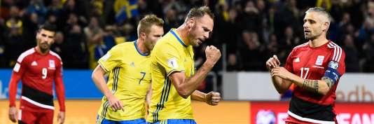 Sweden's defender and team captain Andreas Granqvist (2nd R) celebrates after scoring a goal during the FIFA World Cup 2018 qualification football match between Sweden and Luxembourg in Solna, Sweden, on October 7, 2017.  / AFP / Jonathan NACKSTRAND