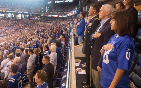 Mike Pence lors de l'hymne américain.