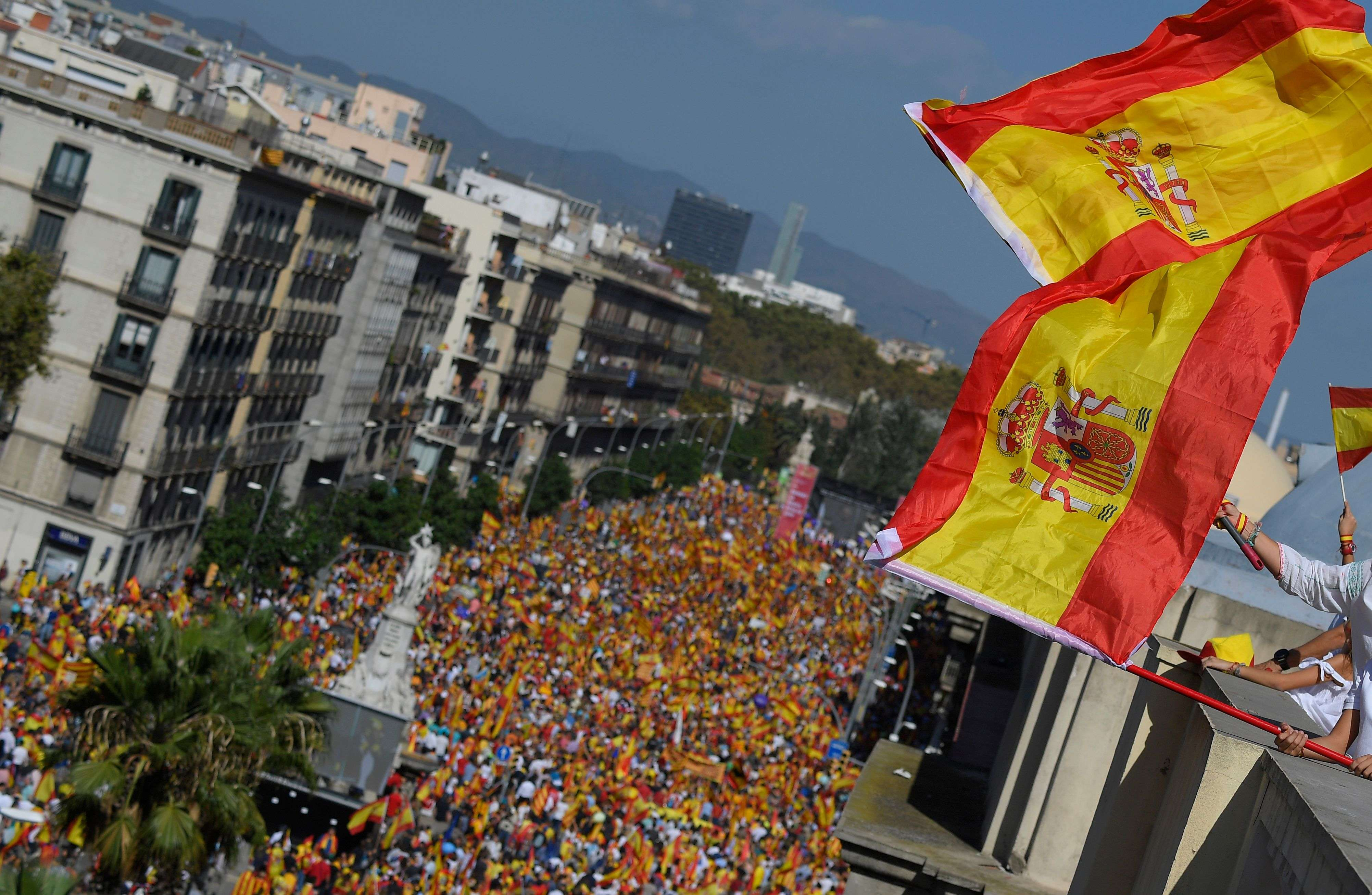 Plusieurs centaines de milliers de personnes, au moins 950 000 selon les organisateurs, 350 000 selon la police municipale, sont descendues dans les rues de Barcelone dimanche.