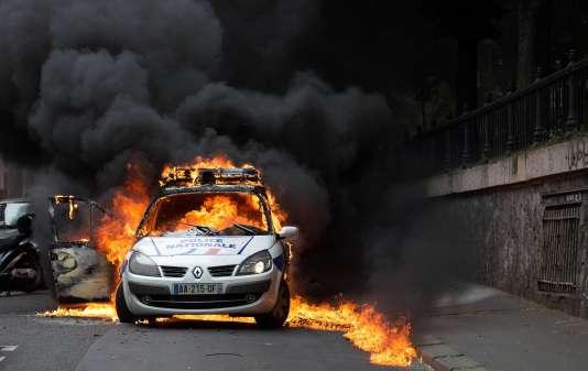 La voiture de police où se trouvaient deux agents, incendiée le 18mai 2016 quai de Valmy, à Paris.