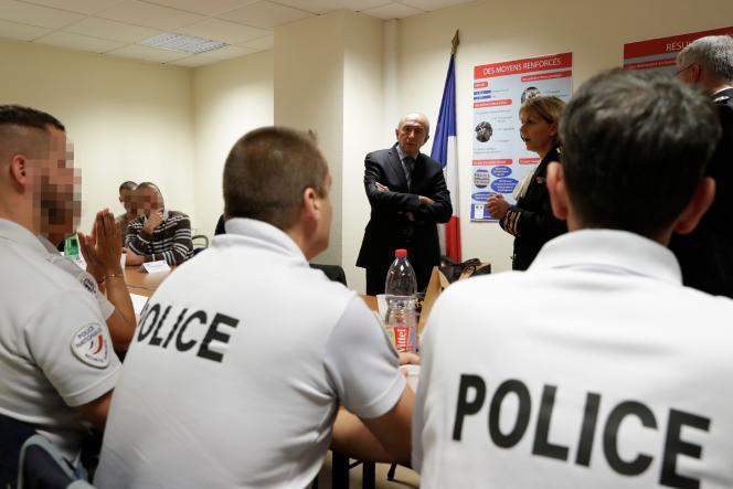 Gérard Collomb en visite dans un commissariat de l'Essonne, le 8octobre.