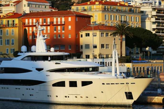 Un yacht dans le port de Nice, en mars 2016.
