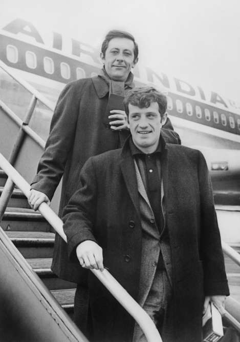 Jean Rochefort et Jean-Paul Belmondo peu avant de prendre l'avion pour Hongkong où ils vont tourner «Les Tribulations d'un Chinois en Chine», de Philippe de Broca.