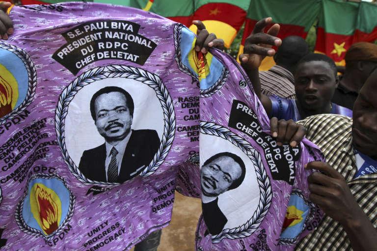 Imprimé sur des coupons de tissu, « Son Excellence Paul Biya, Président national, du PDPC, Chef de l'Etat» camerounais depuis 1982.
