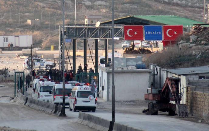 Des ambulances traversent la frontière syrienne en direction de la Turquie, dans la province d'Idlib, en 2015.