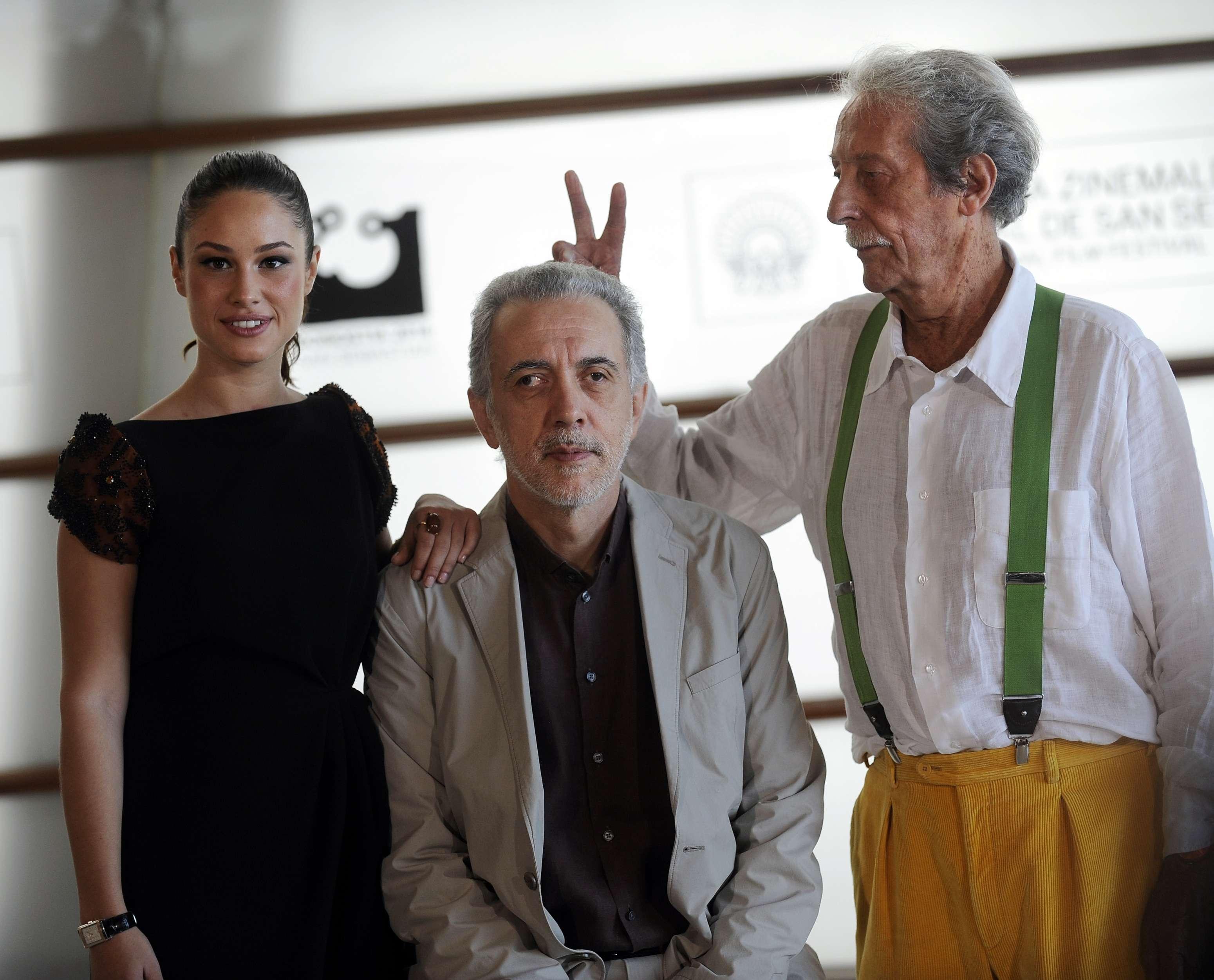 Jean Rochefort pose avec le réalisateur espagnol Fernando Trueba et l'actrice espagnole Aida Folch après la projection du film «El Artista y la Modelo» («L'Artiste et le Modèle») lors de la 60e Festival international du film de Saint-Sébastien.