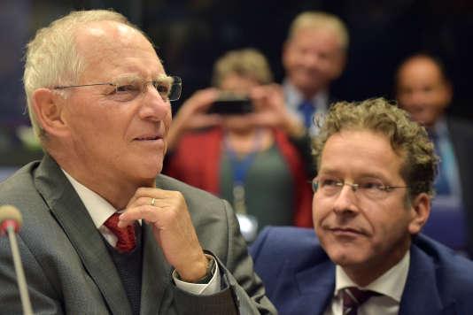 Le ministre allemand Wolfgang Schäuble et le président de l'EurogroupeJeroen Dijsselbloem, lors d'une réunion du club des ministres des finances de la zone euroà Luxembourg, le 9 octobre 2017.