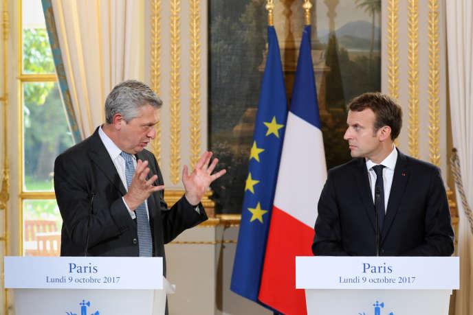 Emmanuel Macron, aux côtés du Haut Commissaire aux réfugiés des Nations unies, Filippo Grandi, lors d'une rencontre à l'Elysée, le 9 octobre 2017.
