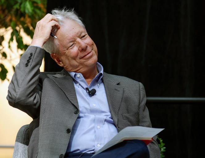 L'économiste américain Richard Thaler, de la Booth School of Business de l'Université de Chicago, sourit lors d'une conférence de presse après avoir remporté le prix Nobel d'économie 2017 à Chicago, Illinois, le 9 octobre 2017