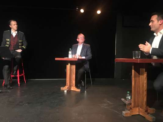 Les journalistes Christophe Barbier (à g.) et Dominique de Montvalon (au centre),animateurs d'un débat avecFlorian Philippot,le 2 octobre au Théâtre de Poche Montparnasse, à Paris.