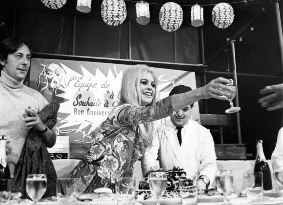 L'actrice Brigitte Bardot fête son 32eanniversaire, aux côtés de l'acteur Jean Rochefort, sur le plateau des studios de Billancourt où ils tournent «A cœur joie», réalisé par Serge Bourguignon.