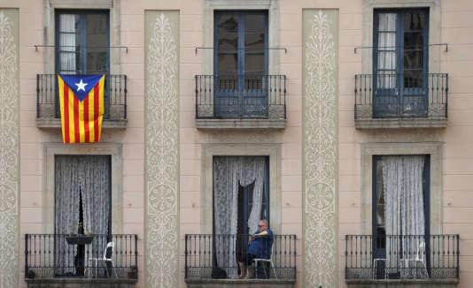 Un drapeau catalan pavoise un balcon à Barcelone le 7 octobre.