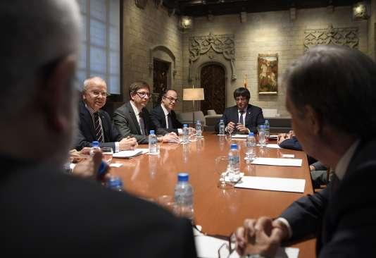 Le président catalan Carles Puigdemont (à droite) tient une réunion avec les membres de la Commission indépendante pour la médiation, le dialogue et la conciliation au siège de la Generalitat du Gouvernement catalan à Barcelone le 6 octobre 2017.