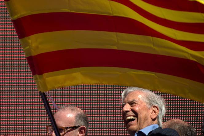 Le prix Nobel de littératureMario Vargas Llosa lors de la manifestationcontre l'indépendance de la Catalogne à Barcelone le 8 octobre.