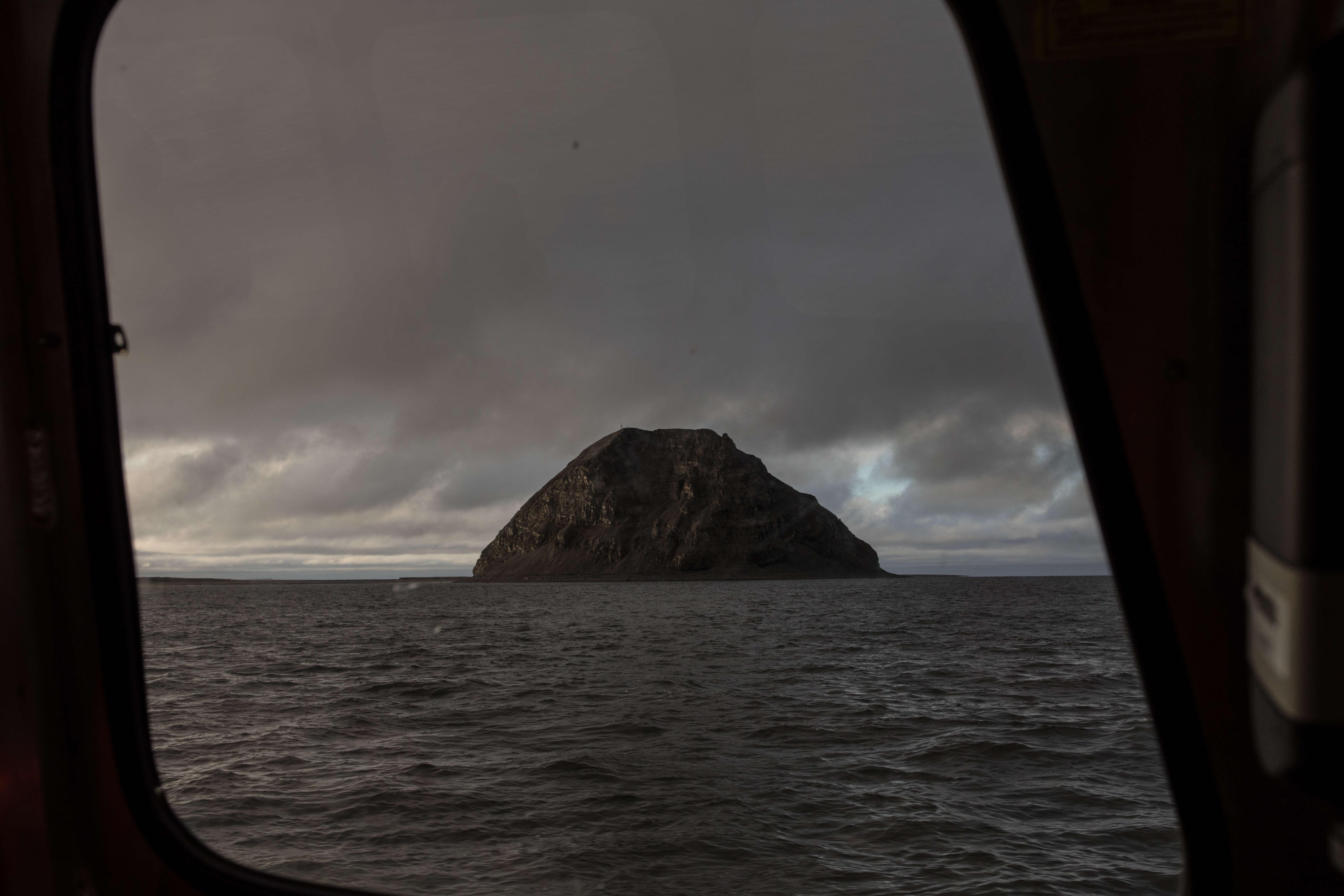 Avant de se jeter dans la mer des Laptev, le fleuve Lena forme un gigantesque delta de 1500îles. Elles sont presque toute inhabitées, comme le caillou de l'île Stolbovoï. L'îlot voisin de Samoïlov, en revanche, abrite une station de recherche russe.
