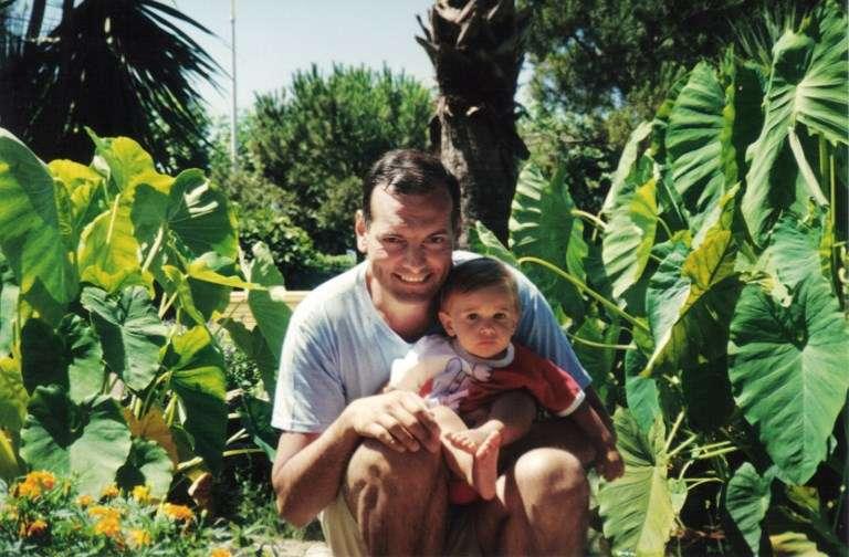 Le juge Bernard Borrel avec l'un de ses enfants.Photo diffusée par sa veuve Elisabeth Borrel dans son livre «Un juge assassiné», paru le 10 octobre 2006 chez Flammarion. Bernard Borrel, magistrat français détaché comme conseiller du ministre de la Justice djiboutien, a été assassiné en 1995 à Djibouti.