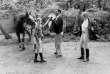 Jean Rochefort, en compagnie de sa fille Marie et de son fils Julien, lors d'un concours hippique au bois de Boulogne, à Paris, le 16 mai 1977.