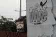 «Savoir quelle place donner à la violence et à l'autorité est un débat consubstantiel à la gauche depuis la Révolution. Tout le problème est de savoir où placer la limite du recours à la violence légitime de l'Etat». (Photo : Une affiche d'un membre de la coalition politique vénézuélienne cohabite avec une bannière « Chavez continue à vivre», dans l'Etat du Barinas, dans le nord-ouest du Venezuela, le 2 octobre).