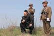 Le leader nord-coréen Kim Jong Un assistant à une démonstration militaire, en 2014.