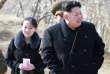 Photo non datée du dirigeant nord-coréen, Kim Jong-un, aux côtés de sa soeur cadette, Kim Yo-jong, lors d'une visite d'un site militaire nord-coréen.