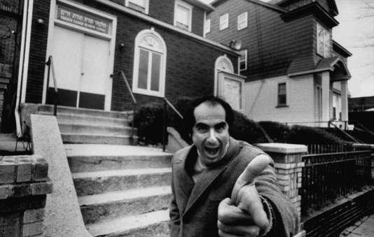 Philip Roth en 1968, peu avant la parution de « Portnoy », devant un centre d'études juives de Newark, sa ville natale.