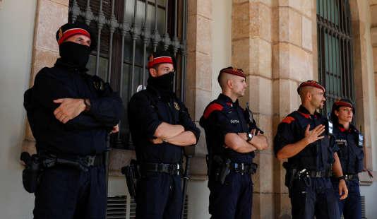 Les Mossos d'Esquadras, la police régionale catalane, devant le parlement régional, le 10octobre,à Barcelone.