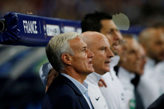 L'entraîneur de l'équipe de France de football Didier Deschamps, avec ses adjoints, lors de la rencontre France-Biélorussie (2-1), au Stade de France, le mardi 10octobre. La France termine première de son groupe et est qualifiée pour la 21ᵉ édition de la Coupe du monde de football, qui se déroulera en Russie du 14 juin au 15 juillet 2018.