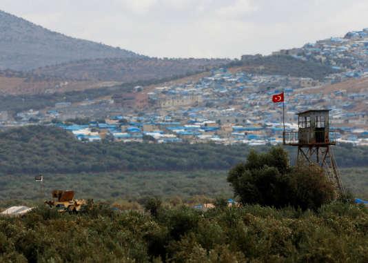 Un véhicule militaire turc positionné à Reyhanli, en face de la ville d'Atimah, dans la province d'Idlib, le 10 octobre.