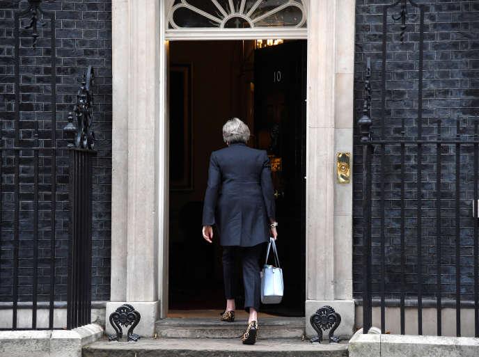 La première ministre britannique, Theresa May, arrive au 10 Downing Street, à Londres, le 9 octobre 2017.