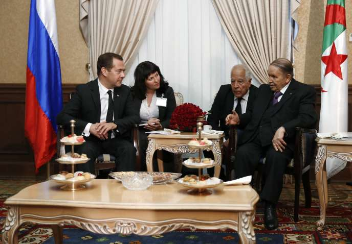 Abdelaziz Bouteflika (à droite), le président algérien, lors de la visite de Dmitri Medvedev (à gauche), le premier ministre russe, à Alger, le 10 octobre 2017.