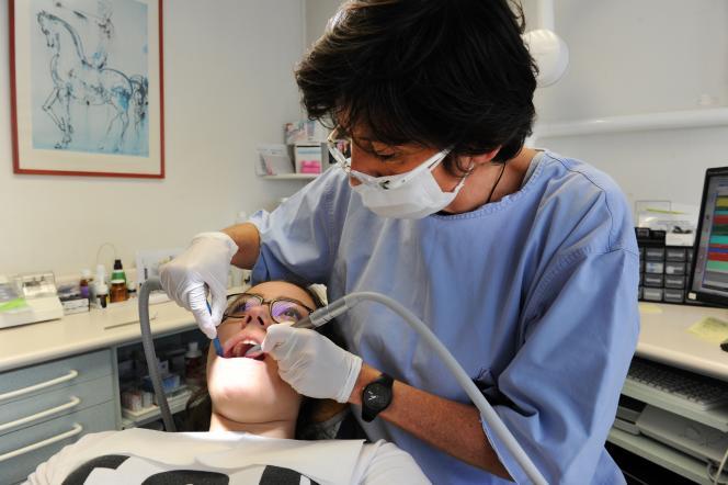 Les étudiants sont très vite confrontés à la pratique de leur futur métier, en clinique, et assistent à des démos d'enseignants sur de vrais patients.