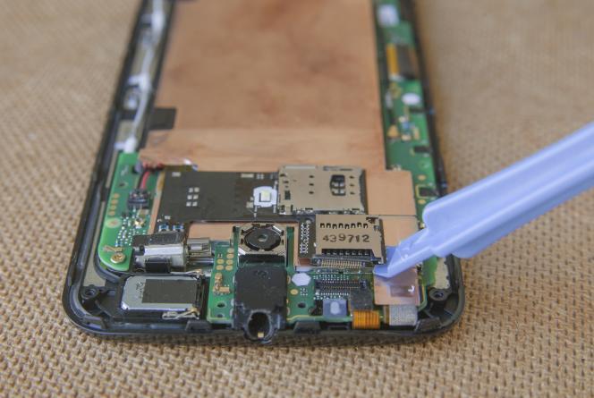 Les outils en plastique n'abîment pas les circuits électroniques.