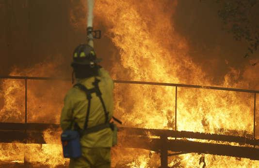 Un pompier luttant contre l'incendie à Santa Rosa, dans le comté de Sonoma, dans le nord de la Californie, le 9 octobre 2017.