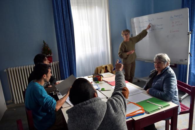 Cours de français au Centre d'accueil et d'orientation pour migrants de Saint-Brevin-les-Pins (Loire-Atlantique), le 4 janvier 2017.