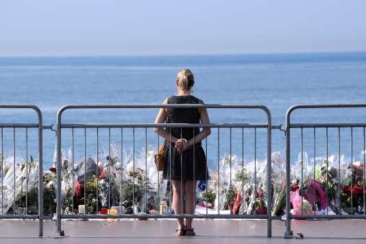 Une femme se recueille devant la promenade des Anglais où s'est déroulé l'attentat de Nice, le 14 juillet 2016.