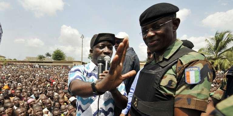 Le général Philippe Mangou, chef d'état-major de l'armée ivoirienne, au côté de Charles Blé Goudé, ministre de la jeunesse et chef des Jeunes patriotes, qui arrange la foule pour inciter les jeunes à s'engager ,à Abidjan le 21mars 2011, en pleine crise post-électorale.